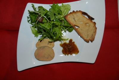Lobe de foie gras de canard, confiture d'oignons chutey, petite salade, vinaigre balsamique